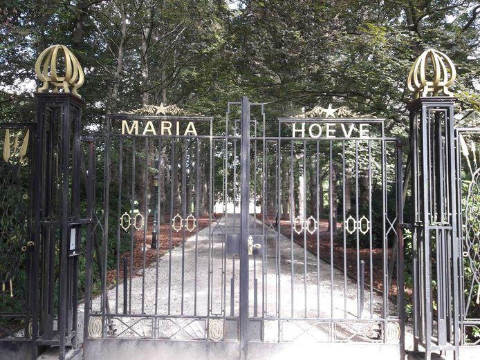 De toegangspoort van Landgoed Maria Hoeve langs de Oisterwijkseweg in Moergestel