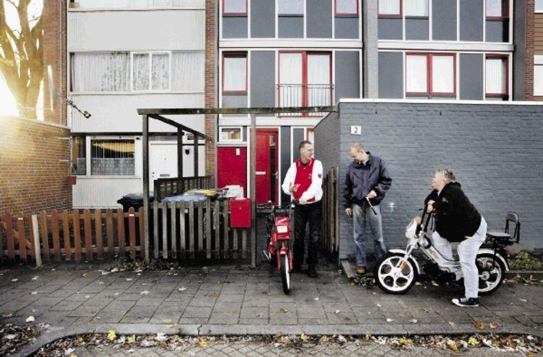 De huizen in de Lelystadse Zuiderzeewijk zijn alles behalve eenvormig. Georgette Hagens (rechts op de brommer) knapte haar koopwoning zelf op, het huurhuis van Paul van Bragt (midden) kreeg een opknapbeurt van de woningcorporatie. Andere huizen staan er vervallen bij. (FOTO JÃ¿RGEN CARIS, TROUW) Beeld