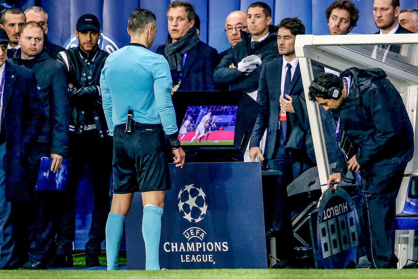 Neymar kijkt naar Damir Skomina, maar ziet de bui overduidelijk al hangen. De strafschop en uitschakeling volgden daarna snel.