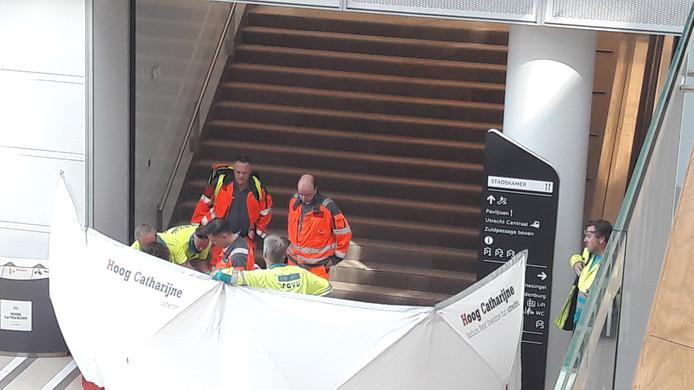 Het traumateam helpt het slachtoffer ter plaatse.