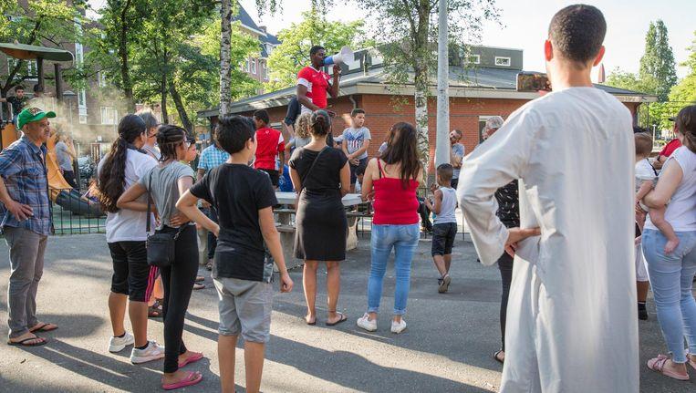 Op het Columbusplein roepen boze buurtbewoners op tot actie. Beeld Dingena Mol