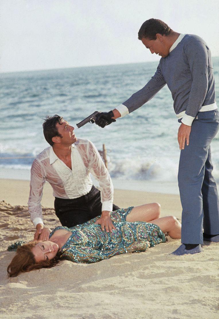 James Bond ('tussenpaus' George Lazenby; midden) en Contessa Teresa di Vicenzo (Diana Rigg) in de penarie in On Her Majesty's Secret Service (1969).  Beeld Getty Images