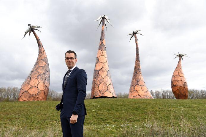 De nieuwe burgemeester Derk Alssema bij kunstwerk 'Vier Margrieten', die symbool staan voor de vier dorpen van de gemeente. Hij begint dinsdag 7 april in Gilze en Rijen.
