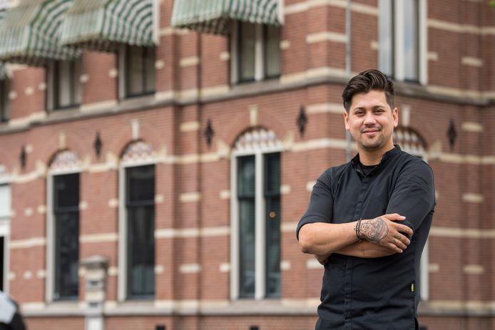 Jermain de Rozario voor zijn sterrenrestaurant aan de Markt in Helmond.