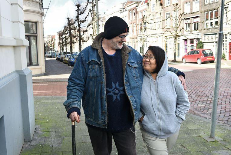 John Erkelens en zijn Indonesische vrouw Yen in Dordrecht. Beeld Marcel van den Bergh / de Volkskrant