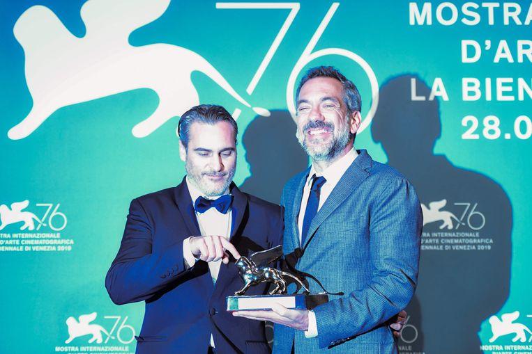 Regisseur Todd Phillips en acteur Joaquin Phoenix met de Gouden Leeuw. Beeld AFP