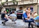 De politie rijdt langs het terras van Caffè Roma in Aosta om te controleren of de regels worden nageleefd.