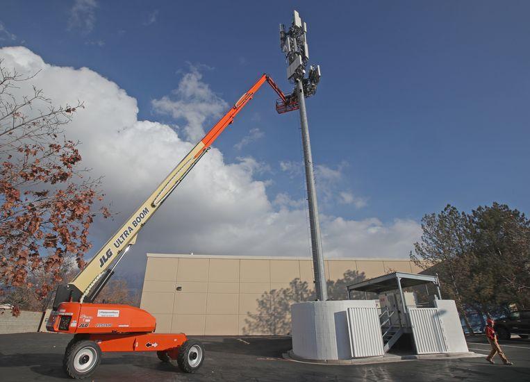 Aanleg van een mast met 5G-apparatuur in Orem, Utah. Beeld Getty Images
