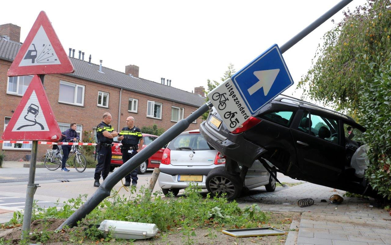 De auto crashte na de achtervolging