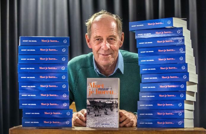 Govert van Brakel met zijn boek 'Moet je horen...' over zijn lange carrière bij de radio, die voor de geboren Hagenaar begon in zijn geboortestad.
