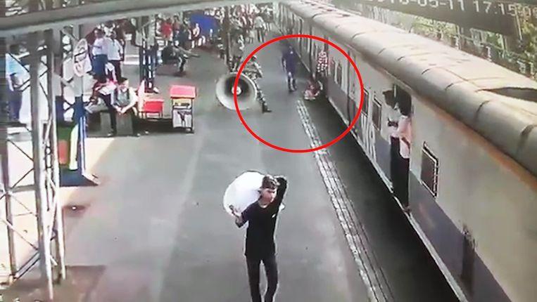 Een oplettende agent kon voorkomen dat een vijfjarig meisje onder een trein belandde.