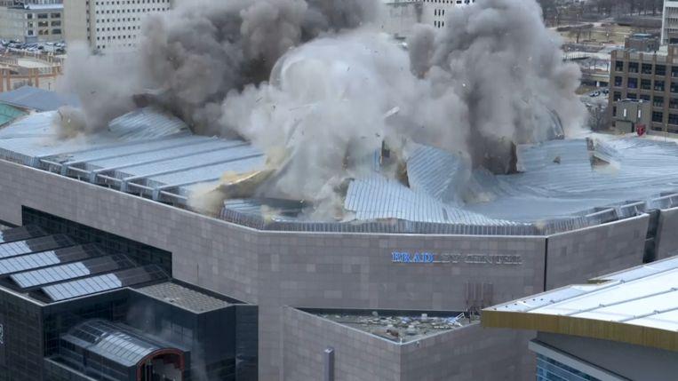Het basketbalstadion in Milwaukee werd door tientallen explosies tot instorten gebracht.