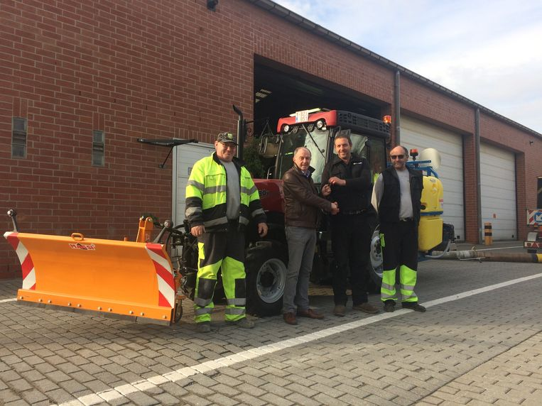 De nieuwe tractor werd officieel overhandigd aan de gemeentelijke (strooi)diensten.