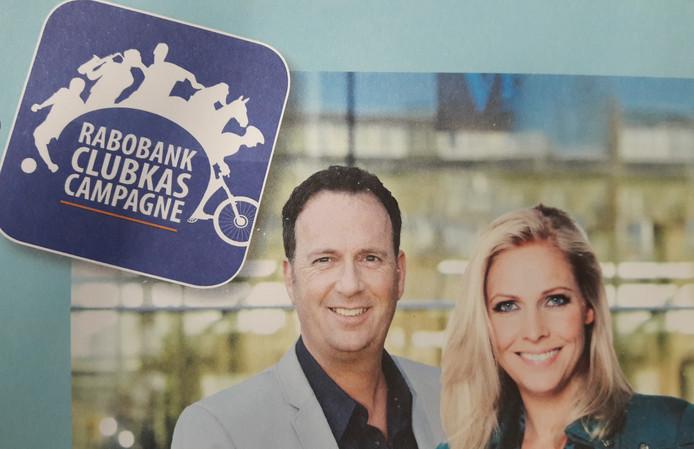 Jochem van Gelder en Nance Coolen presenteren de finaleavond van de Clubkas Campagne op 2 november op sportpark De Rusheuvel in Oss.