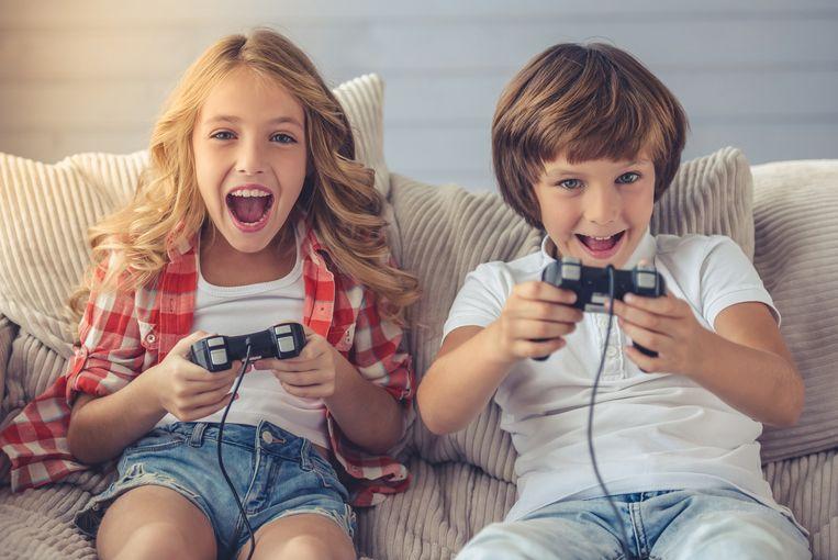 Kinderen gamen samen in de zetel.