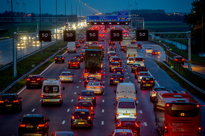 Automobilisten met pech moeten vanwege de drukte wat langer op hulp wachten. De ANWB adviseert mensen daarom om zich warm aan te kleden als ze de weg op gaan.