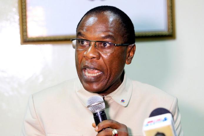 epa05929279 Francis Kateh, hoofd gezondheidszorg in Liberia tijdens een persconferentie over het hoge dodental na de begrafenis.