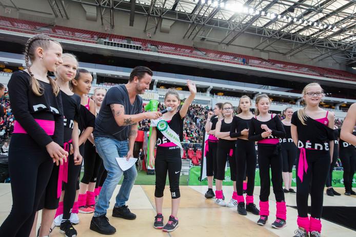 Floor Scholder uit Nuenen bracht naar schatting 2500 mensen op de been op de grasmat en de zuidtribune van het Philips Stadion.