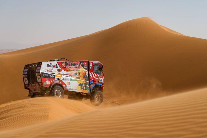 Richard de Groot met navigator Raph van den Elshout en mecanien Jan Hulsebosch in actie in de eerste Dakar Rally op het grondgebied van Saoedi-Arabië. De Renault wordt omgewisseld voor een Iveco Powerstar.