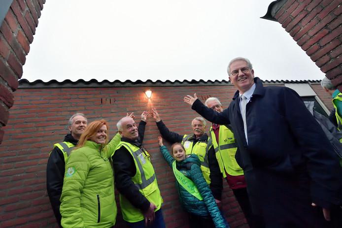Vanuit de vitaliteitsregeling van het Havenbedrijf Moerdijk kwam vorig jaar onder meer geld vrij voor een proef met het verlichten van achterpaden in Fijnaart. Op de voorgrond de Moerdijkse burgemeester Jac Klijs.