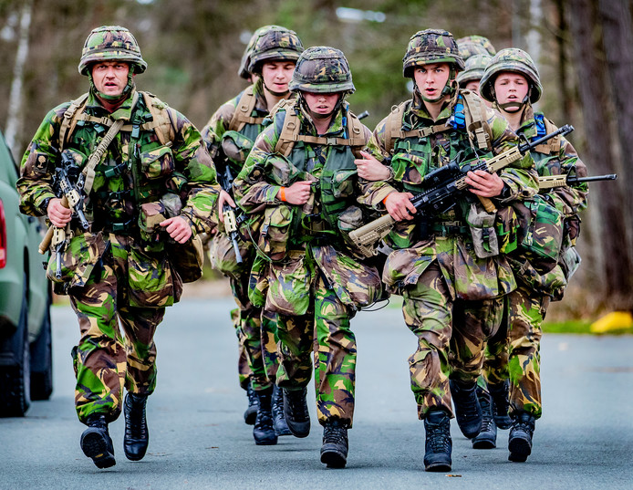 Militairen op de kazerne in Ermelo waar wordt geëxperimenteerd met een systeem om hitteletsel te voorkomen.