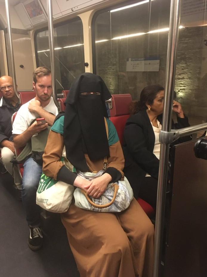 Liesbeth in de tram.