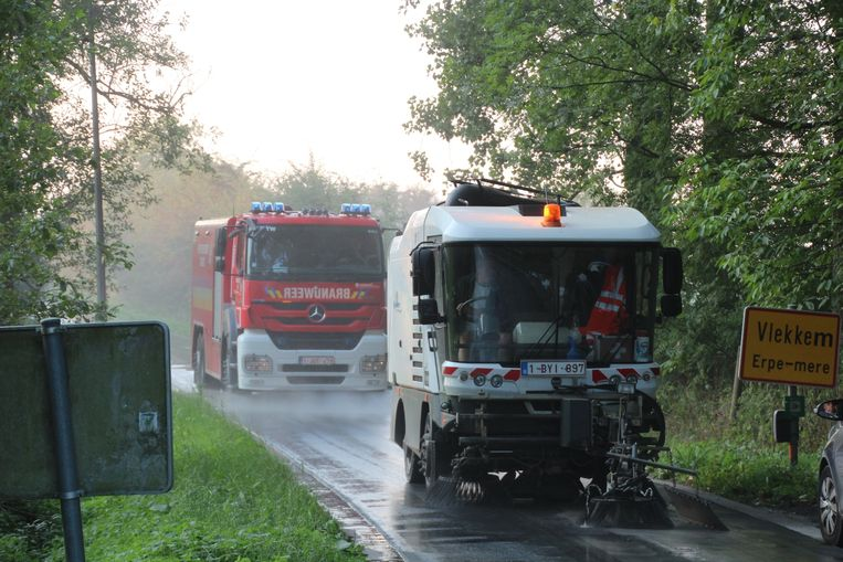 Gemeentepersoneel en brandweer ruimden samen het cement van de baan.