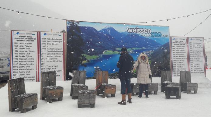 Op de oevers van de Weissensee staan op het bord wel de namen van de winnaars van de Alternatieve Elfstedentocht, maar ook hier niet die van James Bond.