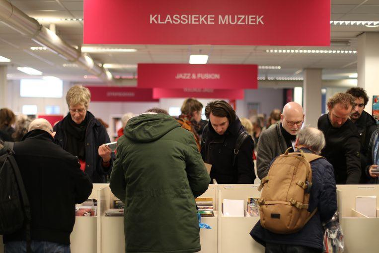 Mensen in de centrale bibliotheek in Utrecht zoeken in de cd-collectie.  Beeld Fouad Hallak