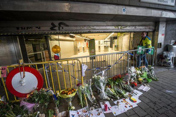 Na de aanslagen werden bloemen neergelegd aan het station van Maalbeek.