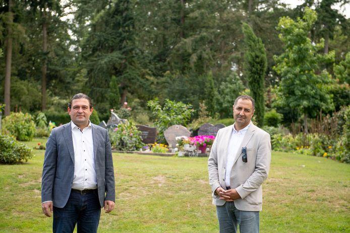 De  raadsleden Burhan Carlak en Ugur Çete (donkere jasje) op het islamitische deel van de algemene begraafplaats 't Groenedael in Almelo.