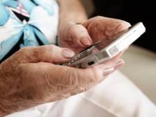 Leerlingen maken ouderen wegwijs met mobieltje