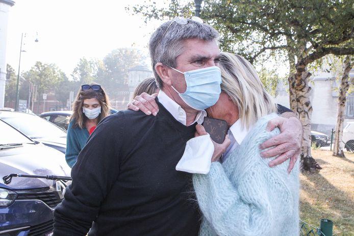 Patick De Koster sluit zijn vrouw Pascale in de armen na het verlaten van de gevangenis.