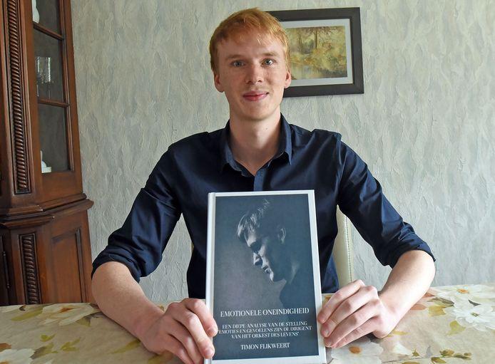 Timon Flikweert met zijn vijfde boek.