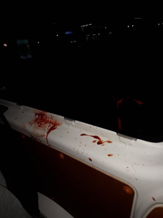 De man had een bloedende lip en spuugde de auto en agenten onder.