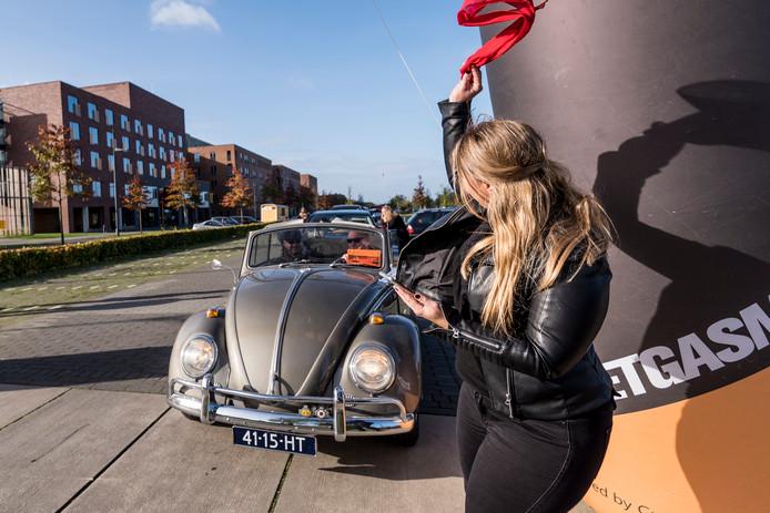 Nachalle Kortrink vlagt de deelnemers weg bij de Herfstrally 2017 vanaf het parkeerterrein van ziekenhuis Bernhoven.