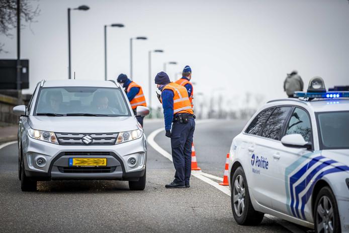 Vlaamse politie houdt Nederlandse automobilisten aan bij de Belgische grens.