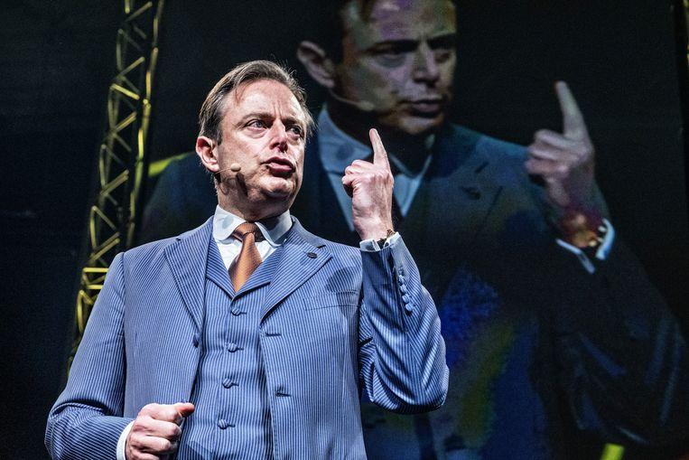 Bart De Wever spreekt zijn partijleden toe. 'Ik ben misschien machtiger dan de anderen, maar dat is nog niet machtig.'