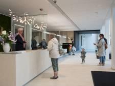 Modern, strak en schoon: gerenoveerd gemeentehuis in Putten valt in de smaak