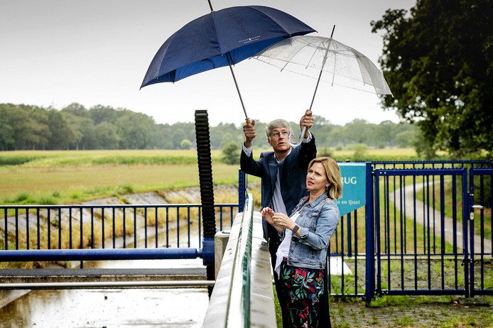 Minister Cora van Nieuwenhuizen van Infrastructuur en Waterstaat en dijkgraaf Hein Pieper van Waterschap Rijn en IJssel tijdens een bezoek aan de stuw Pallandtbrug.  ANP ROBIN VAN LONKHUIJSEN