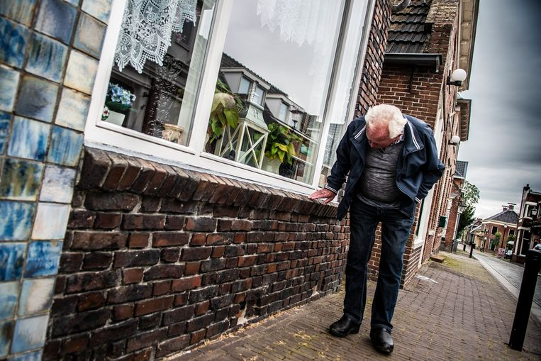 Een man inspecteert zijn huis op aardbevingsschade. Beeld Hollandse Hoogte / Anjo de Haan