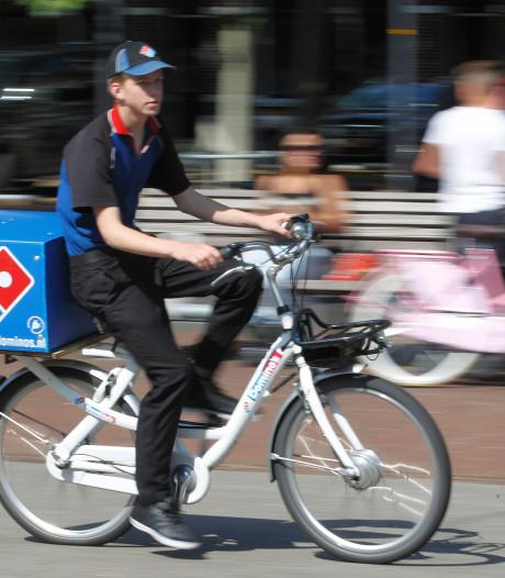 Dief steelt pizzafiets in Deventer, waar precies één dag gps-zender in zit: politie bezorgt 'm razendsnel terug
