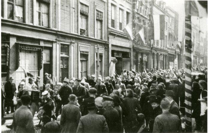 De oorlog is voorbij: Bevrijdingsdag wordt gevierd in de Hoogstraat in Gorinchem.