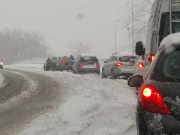 Bestuurders werken samen om een defect voertuig weer aan het rijden te krijgen in Mariakerke.