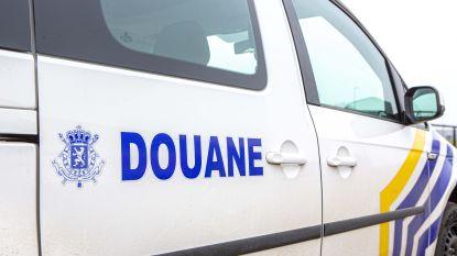 Douane onderschept trio met alarmpistool en knuppel in wagen
