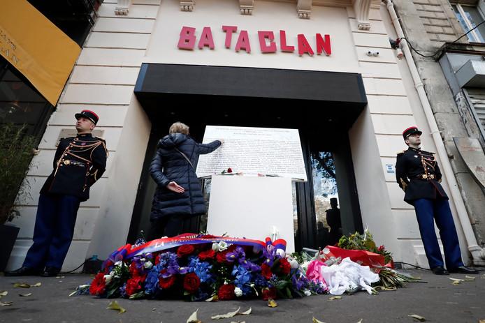 De herdenking op 13 november 2018 van de aanslagen in Parijs, drie jaar eerder. Er zijn bloemen neergelegd voor de Bataclan-concerthal.