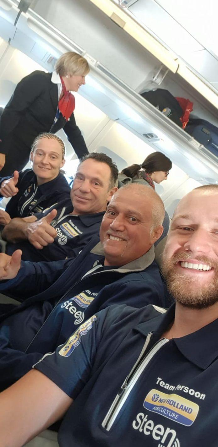 Persoon met coach Tampere en begeleiders Filip Ryckier en Thibault George.
