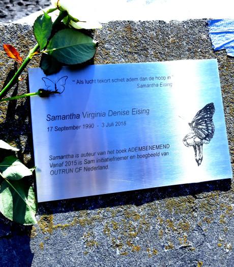 Gedenkplaat op de Vlissingse boulevard voor Samantha, ambassadrice voor 'adembenemende' ziekte