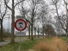 Politie deelt bekeuringen uit aan de Kanaaldijk in Ambt Delden