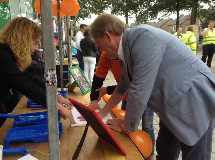 Wethouder Wim van Engeland en Ilonka Mudde zetten hun 'handtekening' tegen pesten.